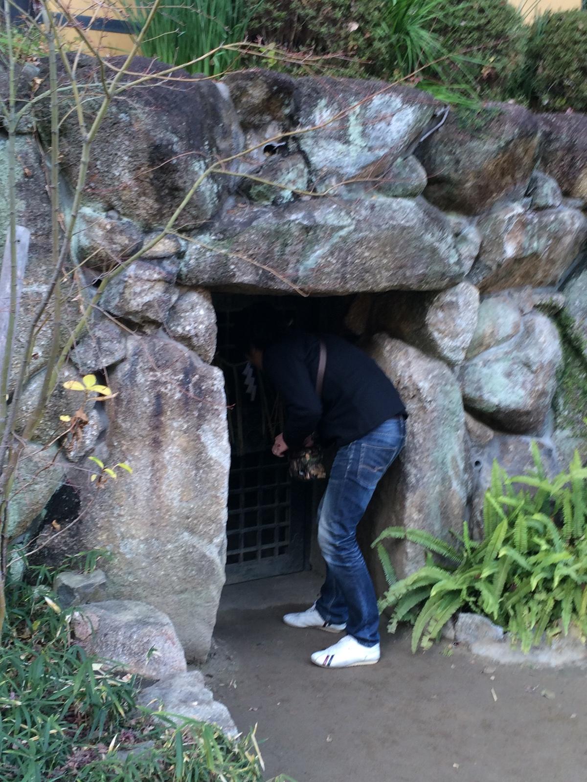 三光神社の「真田の抜け穴跡」入口を覗く